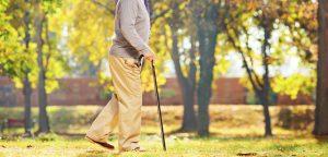 認知症の父が家庭訪問で歩いているイメージ